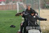 图文:[中超]河南备战成都 教练指导