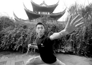 """应广大""""龙迷""""的要求,孙吉现场演示了双截棍里最经典最基础的招式.图片"""