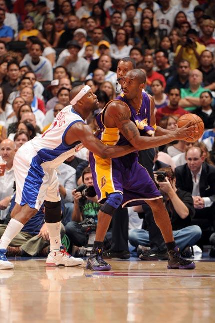 图文:[NBA]湖人VS快船 科比寻找队友