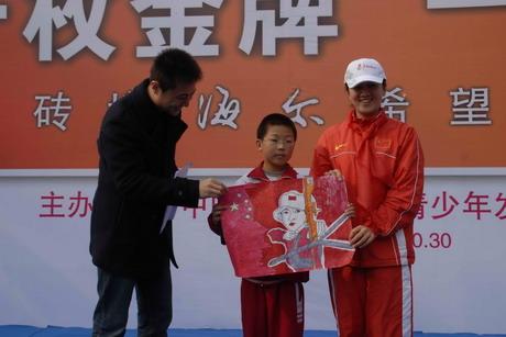 海尔希望小学孩子向奥运冠军张娟娟送画