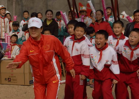 """奥运冠军张娟娟在海尔希望小学开课""""授徒"""""""