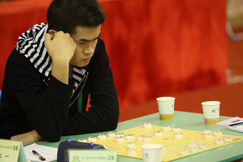 图文:[农运会]象棋男子组比赛 王天一独自思考