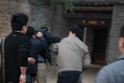 发现记者拍摄,开始打人