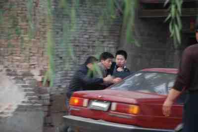一群人上前抢夺记者相机