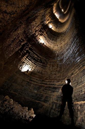 探险队员花了2个月时间探寻这个深洞