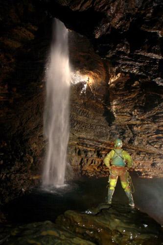 洞内的瀑布