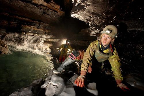 探险队员在洞内穿行
