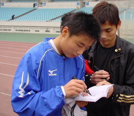 图文:[中甲]江苏东亚备战 武磊给球迷签名