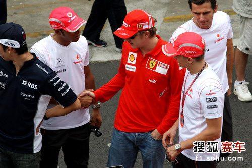 图文:F1巴西站赛前 汉密尔顿同莱科宁握手