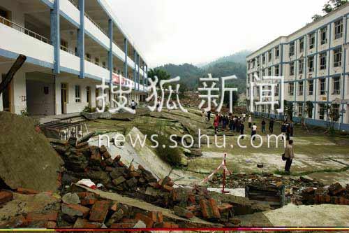 """彭州市白露镇九年义务学校,5-12地震时,震断裂刚好从学校两栋紧邻的教学楼之间通过,建在断层上盘(左侧)教学楼相对于建在断层下盘(右侧)的教学楼瞬间抬高了近3米,留下一个陡坎,形成一处罕见的地震奇观。""""长高""""的教学楼便被当地人称作是:""""5.12""""汶川特大地震""""最牛""""的教学楼。"""