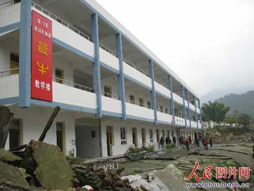 """10月27日,一批来自成都市的游客正在""""5·12""""汶川特大地震""""最牛""""教学楼地震遗址内参观。"""