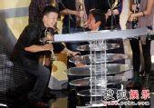 图:王小棣夺得戏剧节目编剧奖 钮承泽单脚下跪