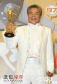 图:雷洪获戏剧节目男主角奖 后台秀奖杯