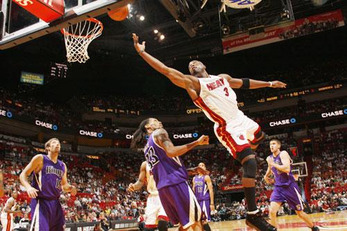 图文:[NBA]热火战胜国王 韦德一招天外飞仙