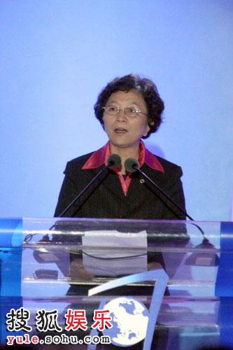 图:中国红十字会党组书记、常务副会长江亦曼