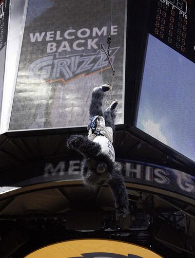 图文:[NBA]灰熊VS魔术 中场休息时的天外飞熊