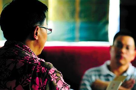 受害人家长(左)接受记者采访