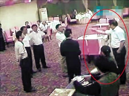 """白衣男子威胁女孩家人:""""你知道我是谁吗?我是北京交通部派下来的,级别和你们市长一样高。""""(网络视频截图)"""