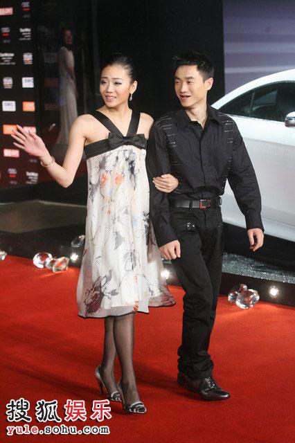 体操冠军杨威与未婚妻杨云幸福走红毯