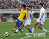 图文:[中超]陕西1-4上海 两人夹防