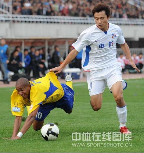 图文:[中超]陕西1-4上海 郜林放倒维森特
