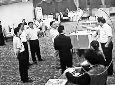 """10月29日,白衣男子(林嘉祥)在酒楼威胁女孩家人:""""你知道我是谁吗?我是北京交通部派下来的,级别和你们市长一样高。""""(视频截图) 据《羊城晚报》"""