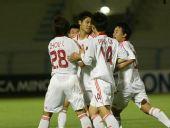 图文:[亚青赛]国青6-0塔吉克 祝贺队友