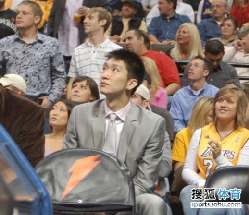 图文:[NBA]湖人逆转掘金 孙悦关注比赛