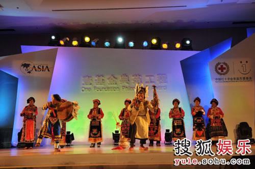 图:来自四川灾区的羌族砸酒仪式表演