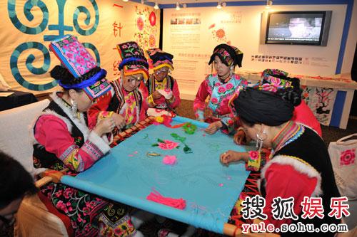 图:来自四川灾区的羌族绣娘现场演示