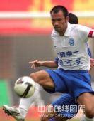 图文:[中超]广州4-3天津 皮球就在脚下