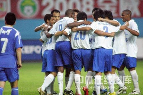 图文:[中超]广州4-3天津 肩并肩万众一心