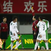 图文:[中超]北京1-0胜浙江 黄俊杰出示黄牌