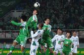 图文:[中超]北京1-0浙江 布尔卡抢到落点