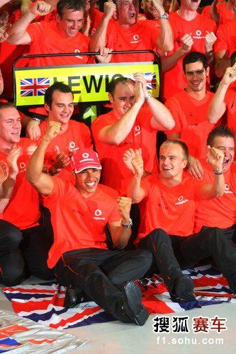 图文:F1巴西大奖赛正赛 汉密尔顿庆祝夺冠