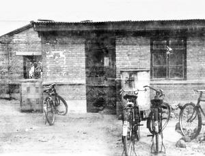 ▲昔:因陋就简开拓天地上世纪80年代初, 中关村第一个民营科技企业——北京等离子体学会先进技术发展服务部成立时的办公室外景。