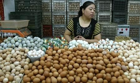 农贸市场的鸡蛋价格基本未变,但销量有所下降。王炬亮 早报资料