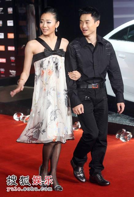 杨威携未婚妻杨云出席庆典