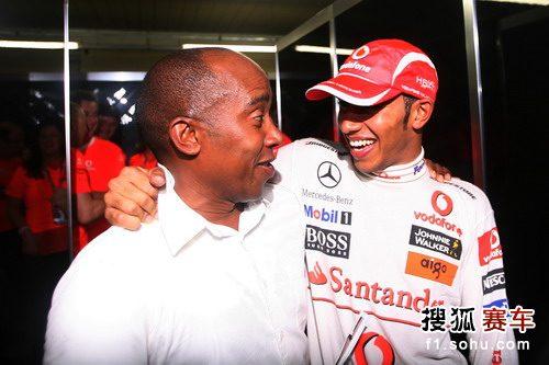 图文:F1巴西大奖赛正赛 小汉和老爸喜笑颜开