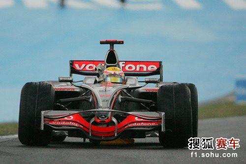 图文:F1巴西大奖赛正赛 汉密尔顿兴奋异常