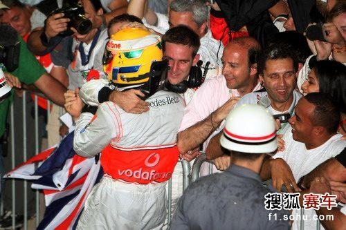 图文:F1巴西大奖赛正赛 汉密尔顿同大家庆祝