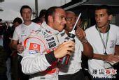图文:F1巴西大奖赛正赛 汉密尔顿和老爸