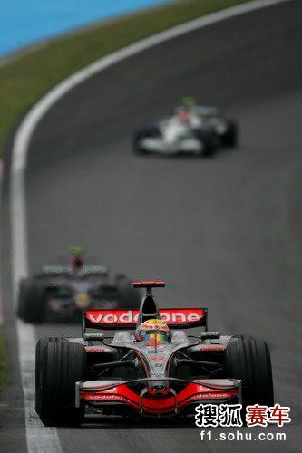 图文:F1巴西大奖赛正赛 汉密尔顿比赛中