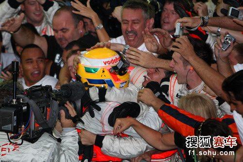图文:F1巴西大奖赛正赛 车队同小汉庆祝