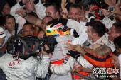 图文:F1巴西大奖赛正赛 车队庆祝小汉夺总冠军