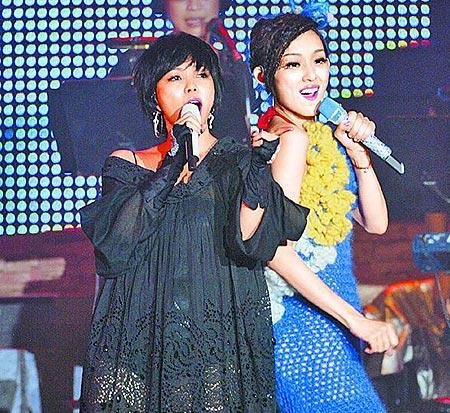 阿妹(左)为范范站台,合唱《MAMAMIA》,High翻全场