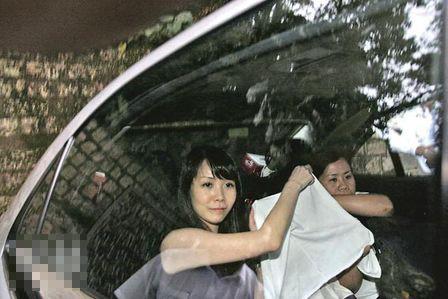 吕丽君返白加道的娘家时用衫遮住女儿盈盈容貌,她面对镜头也笑不出来