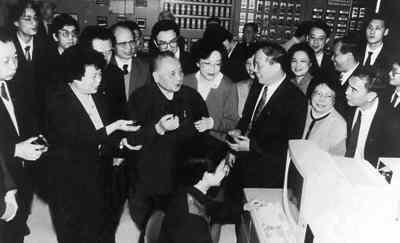 """1992年,邓小平在南巡时指出""""要做出贡献,还是回国好""""。图片来源:《神州学人》"""