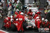 图文:F1巴西大奖赛正赛 费斯切拉在维修站