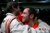 图文:F1巴西大奖赛正赛 迈凯轮技师相互拥抱